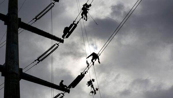 Technicians work on an electricity transmission tower on the outskirts of Yangon on July 8, 2020 - Sputnik International