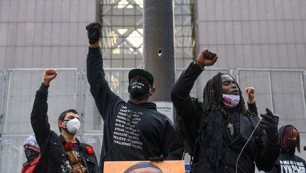 Protesters raise their fists and chant after the I Can't Breathe  Silent March for Justice a day before jury selection is scheduled to begin for the trial of Derek Chauvin, the former Minneapolis policeman accused of killing George Floyd, in Minneapolis, Minnesota, U.S. 7 March 2021 - Sputnik International