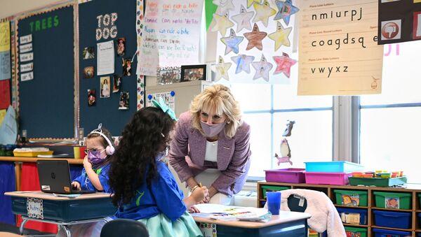 U.S. first lady Biden tours elementary school in Meriden, Connecticut - Sputnik International