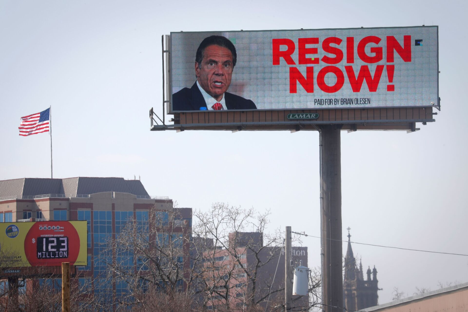 Electronic billboard displays message for New York Governor Cuomo to Resign Now in Albany - Sputnik International, 1920, 07.09.2021