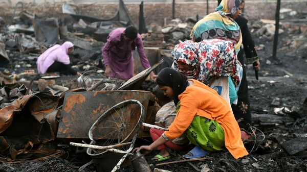 Rohingya refugees look for their belongings in New Delhi on April 16, 2018, following a fire that broke out at their camp early April 15 that left around 200 people homeless.  - Sputnik International
