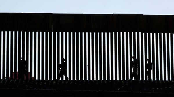 Border Patrol agents patrol the San Ysidro border crossing in the San Ysidro neighborhood of San Diego, California, U.S. November 25, 2018. REUTERS/Mike Blake/File Photo - Sputnik International