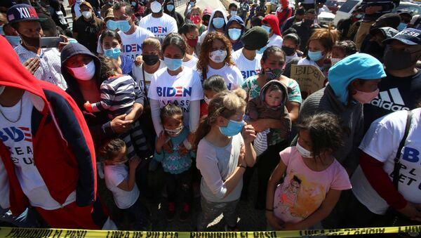 Migrants protest at the Mexico-U.S. San Ysidro point of entry in Tijuana - Sputnik International