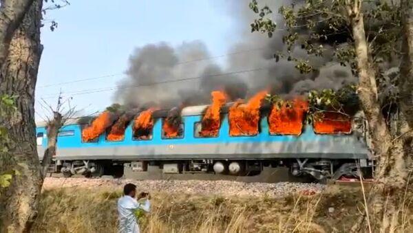 A train car caught on fire in India - Sputnik International