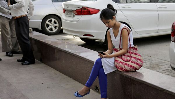An Indian woman uses her mobile phone  in New Delhi, India, Tuesday, Sept. 22, 2015 - Sputnik International