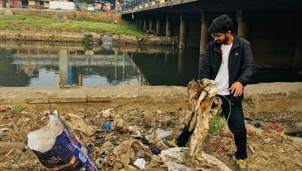 25yo Vivek Gurav, a.k.a PlogMan, is waking up pre-dawn for 7 years to clean streets in Pune - Sputnik International