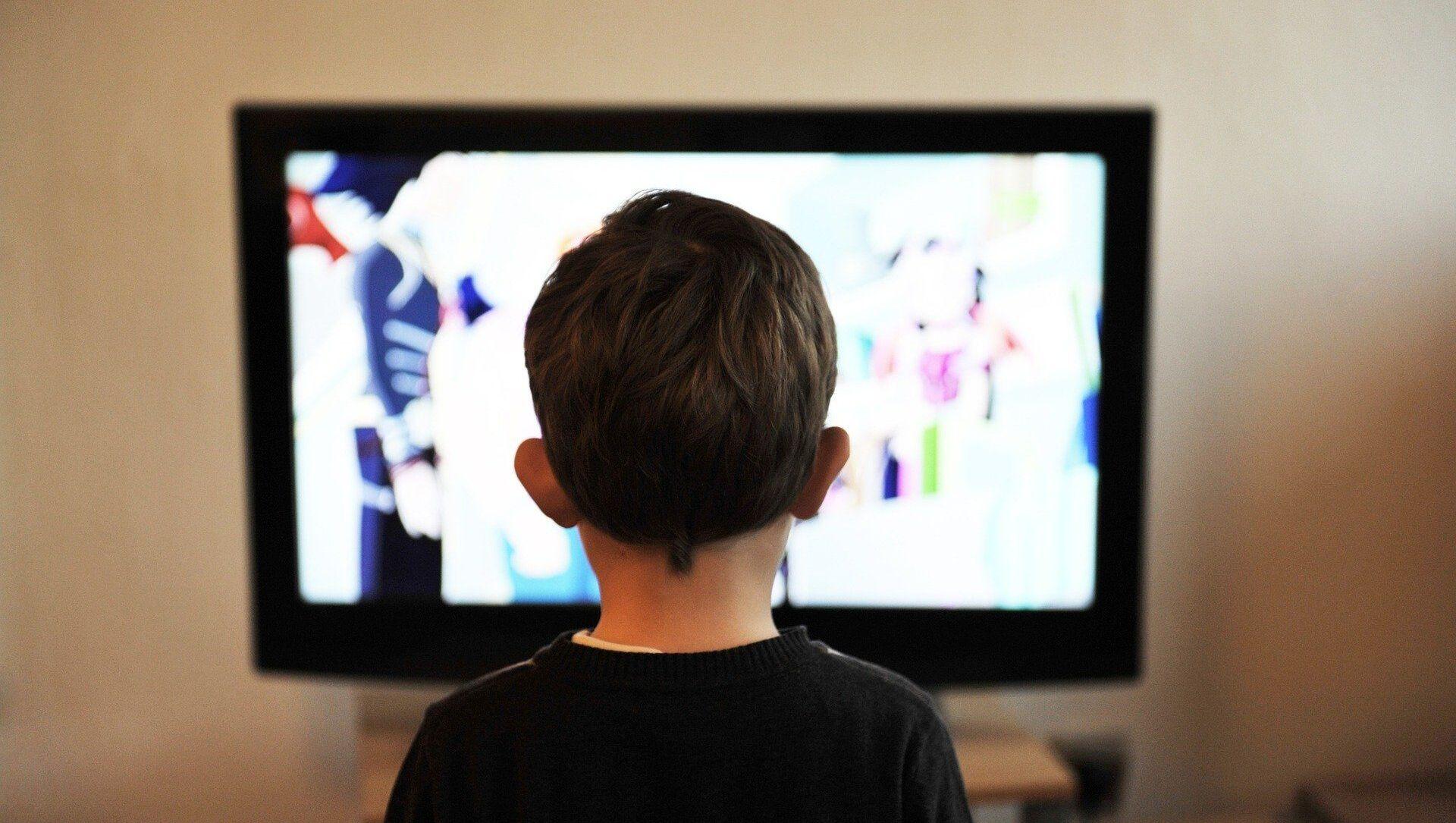 A child watching TV - Sputnik International, 1920, 30.07.2021