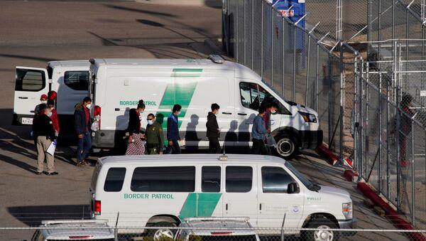 Migrants in United States Border Patrol custody file into a Border Patrol Station in El Paso, Texas, U.S. March 15, 2021 - Sputnik International