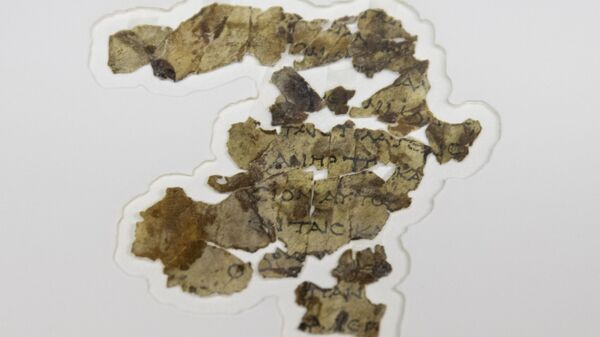The Israel Antiquities Authority displays newly discovered Dead Sea Scroll fragments at the Dead Sea scrolls conservation lab in Jerusalem, Tuesday, March 16, 2021 - Sputnik International