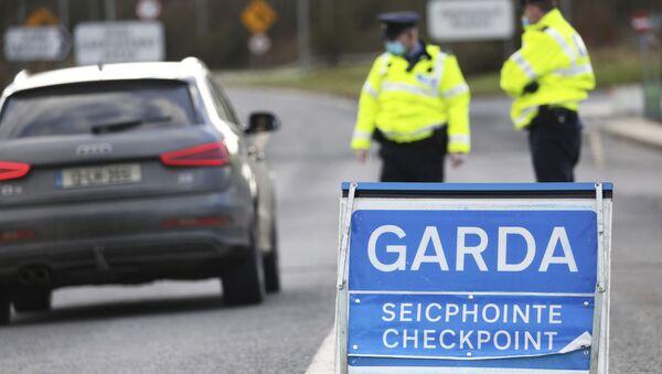Garda Siochana (Irish Police), patrol a checkpoint close to the Irish border in Ravensdale, Ireland, Monday, Feb. 8, 2021.  - Sputnik International