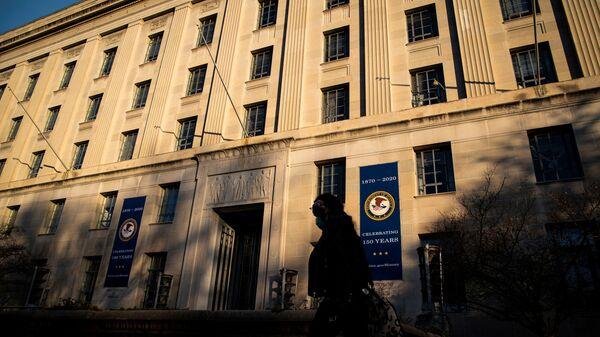 A woman walks past the U.S. Department of Justice Building, in Washington, U.S., December 15, 2020. - Sputnik International