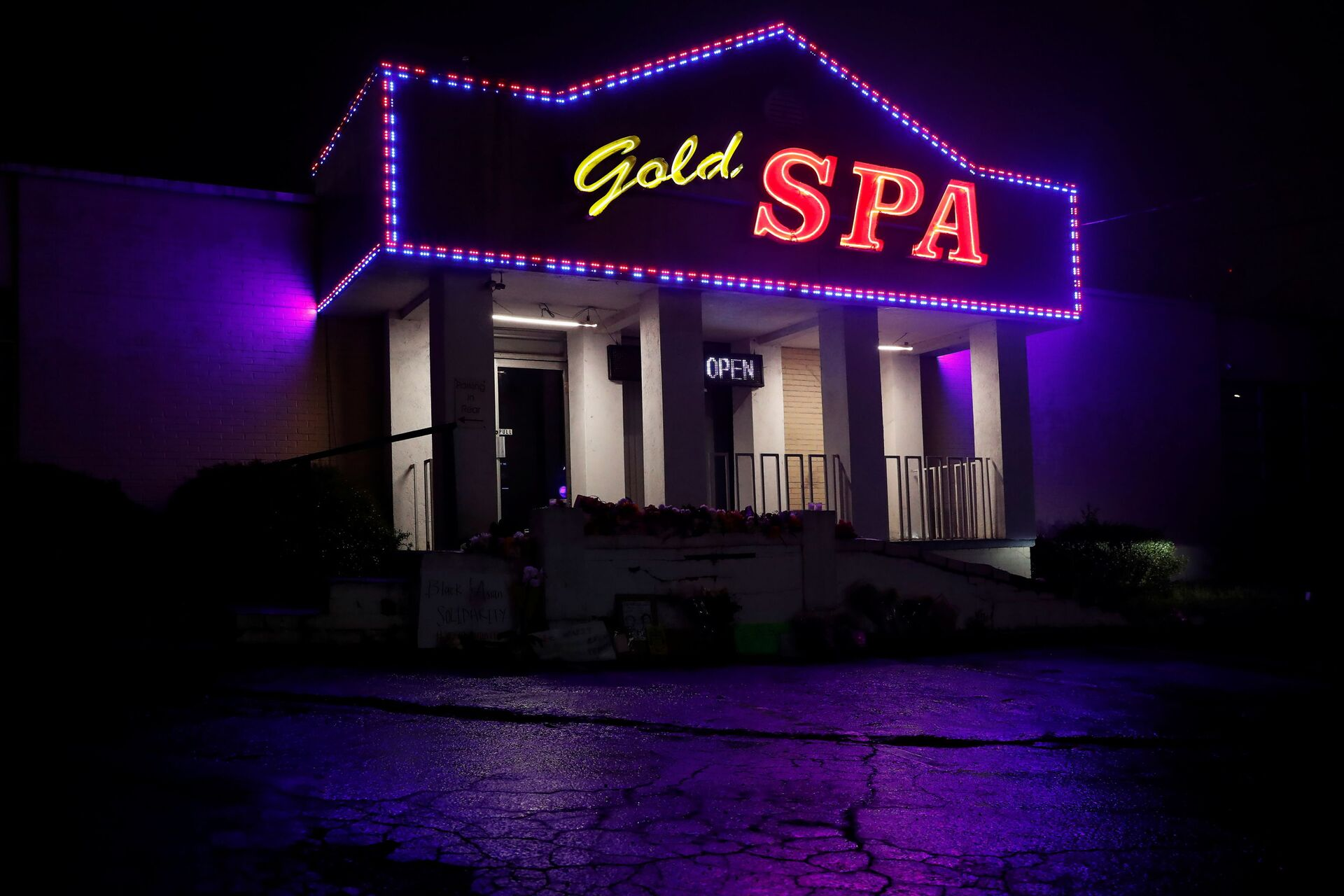 Flowers are laid in front of Gold Spa following the deadly shootings in Atlanta, Georgia, U.S. March 17, 2021. - Sputnik International, 1920, 07.09.2021