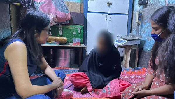 The Delhi Commission for Women chief (left) talking with a 15-year-old girl after saving her from forced marriage. - Sputnik International