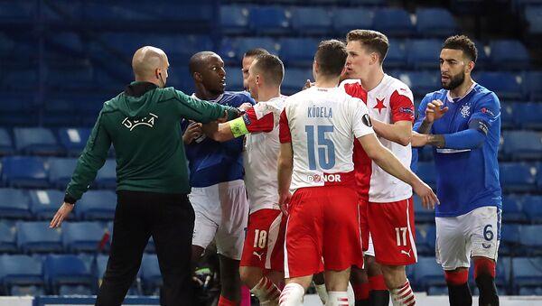 Rangers' Glen Kamara reacts angrily after Ondrej Kudela whispered a remark in his ear - Sputnik International