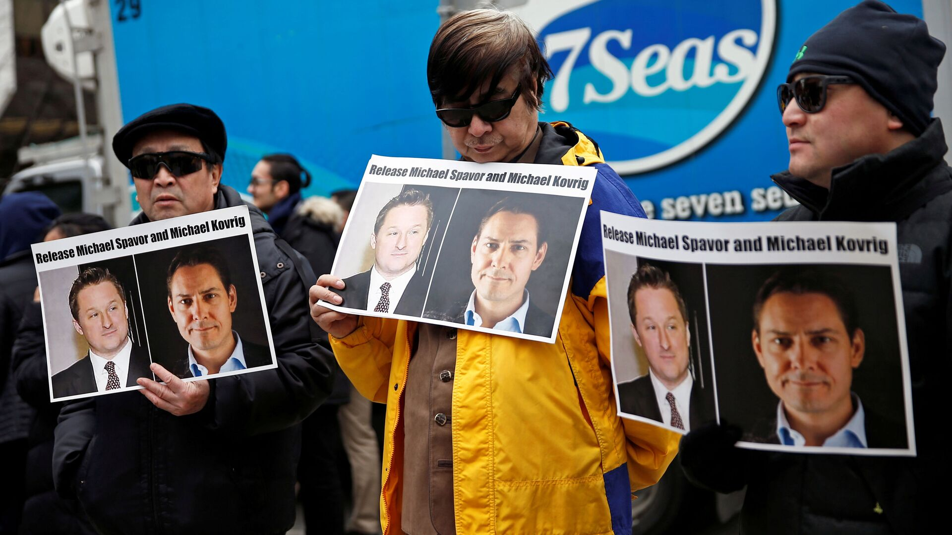 People hold placards calling for China to release Canadian detainees Michael Spavor and Michael Kovrig outside a court hearing for Huawei Technologies Chief Financial Officer Meng Wanzhou at the B.C. Supreme Court in Vancouver, British Columbia, Canada, March 6, 2019. - Sputnik International, 1920, 01.09.2021