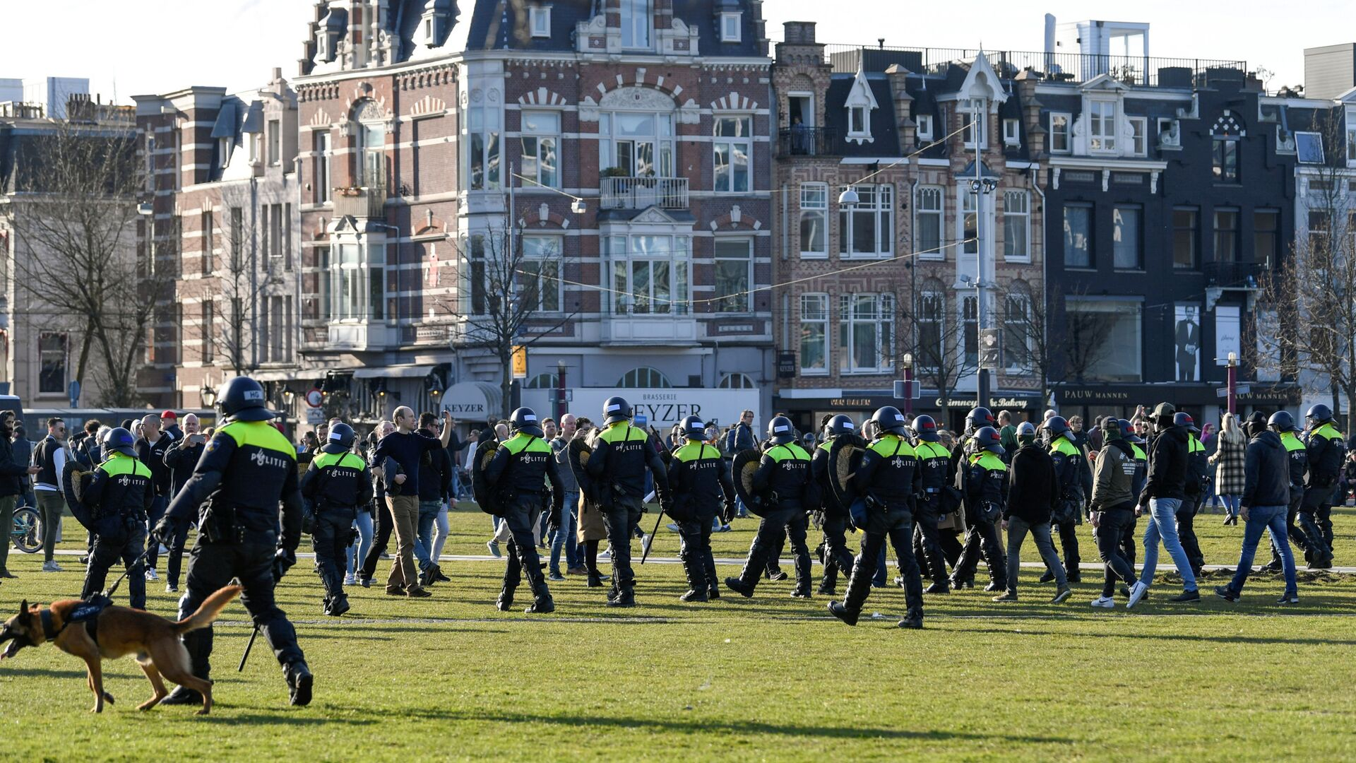 Police officers are seen, as people protest against the coronavirus disease (COVID-19) restrictions in Amsterdam, Netherlands, February 21, 2021. - Sputnik International, 1920, 27.09.2021