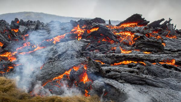 Лава от извержения вулкана на полуострове Рейкьянес на юго-западе Исландии  - Sputnik International