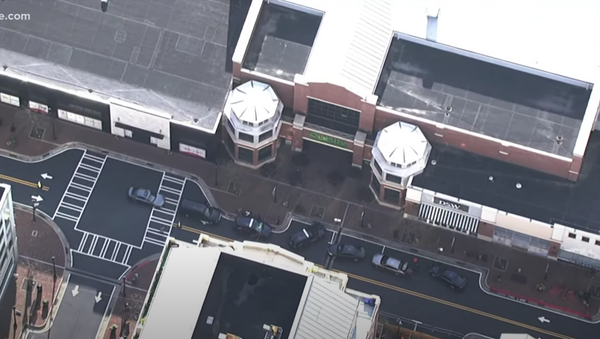 Helicopter footage from 11Alive shows the scene outside an area Publix grocery store on March 24, 2021 - Sputnik International