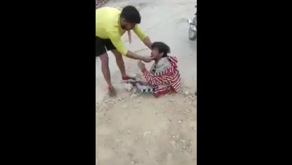 Incident from Khajuri Chowk, north east Delhi where a poor muslim guy was brutally beaten up and was forced to chant Hindustan Zindabad, Pakistan Murdabad, Owaisi Murdabad - Sputnik International