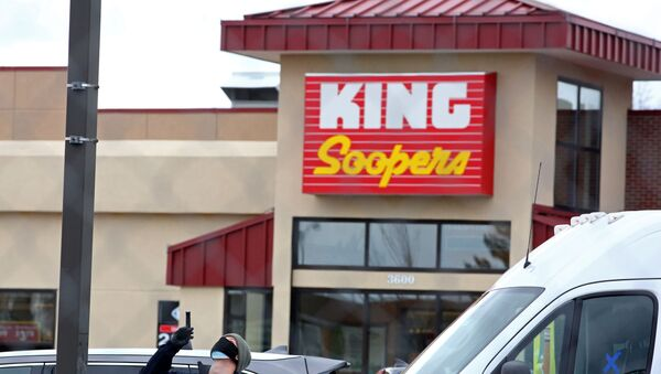 An FBI agent surveys the site of a mass shooting at a King Soopers grocery store in Boulder, Colorado, U.S. March 23, 2021. - Sputnik International