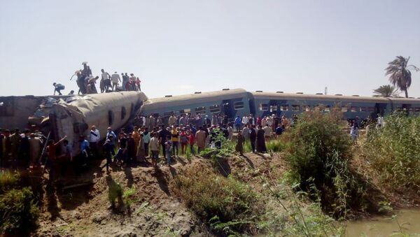 People inspect the damage after two trains have collided near the city of Sohag, Egypt, March 26, 2021 - Sputnik International