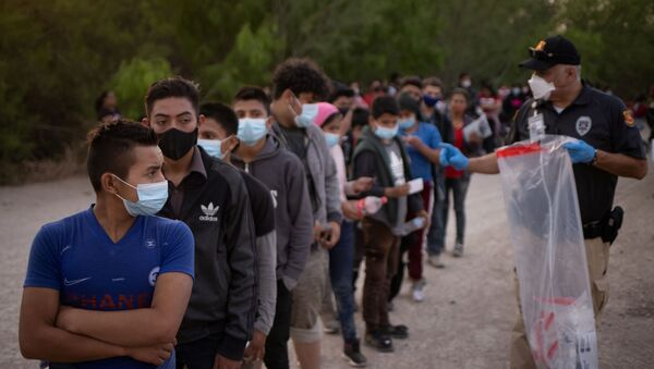 Unaccompanied minors from Central America line up to be transported by US Customs Border Protection officials, after crossing the Rio Grande river into the United States from Mexico on rafts in Penitas, Texas, US, 26 March 2021.  - Sputnik International