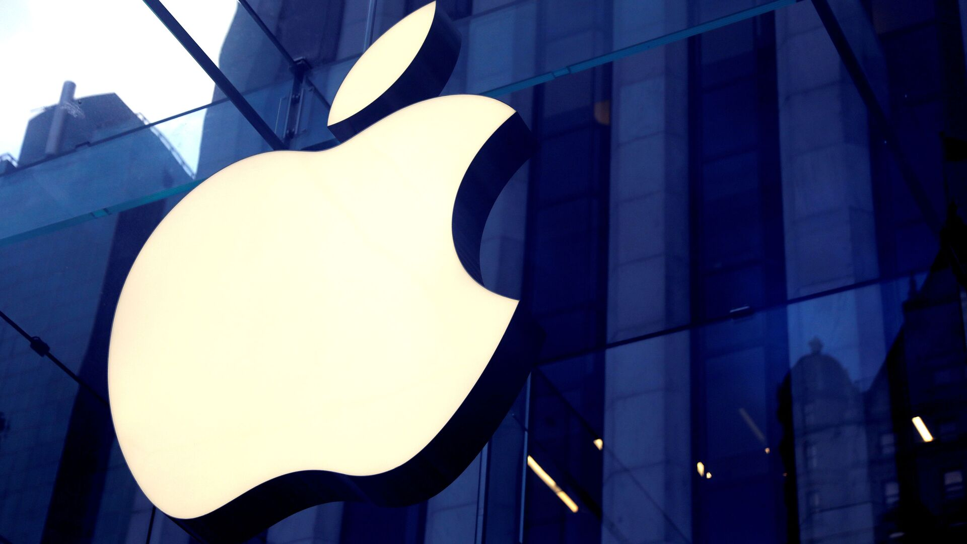 The Apple Inc logo is seen hanging at the entrance to the Apple store on 5th Avenue in Manhattan, New York, U.S., October 16, 2019. - Sputnik International, 1920, 01.08.2021