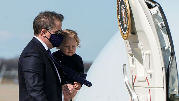 Hunter Biden, son of U.S. President Joe Biden, carries his son Beau to board Air Force One as they depart Washington for travel with President Biden to Wiilmington, Delaware at Joint Base Andrews, Maryland, U.S., March 26, 2021. - Sputnik International