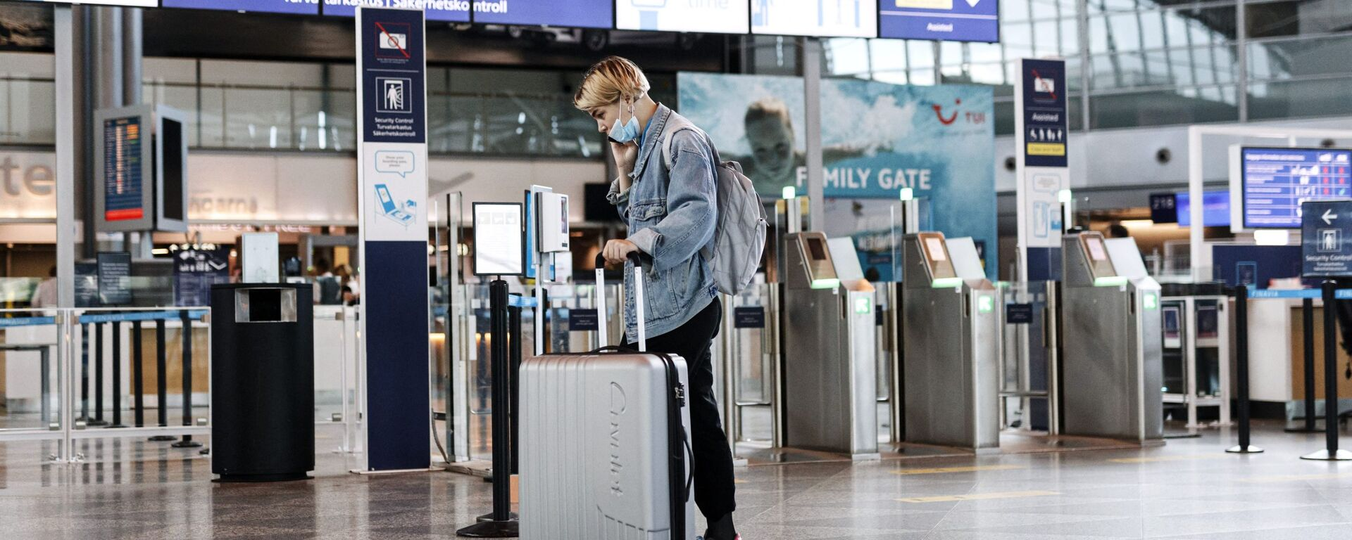 A passenger wears a face mask at the Helsinki-Vantaa airport in Vantaa, Finland on July 13, 2020 as Finnish Government eased COVID-19 pandemic in and out travel restrictions with several EU countries. - Sputnik International, 1920, 17.09.2021
