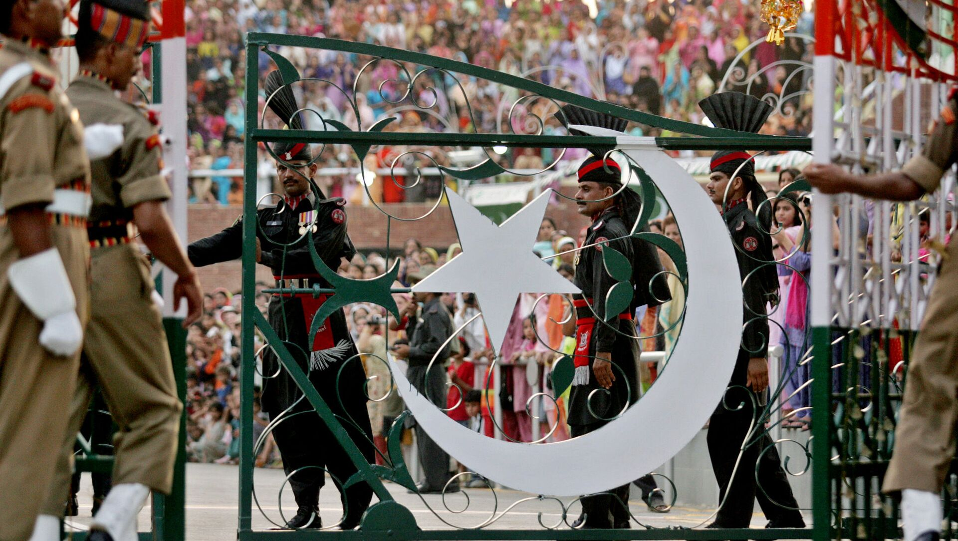 Pakistani Rangers soldiers, center, and Indian Border Security Force soldiers close their respective international gates after the Beating the Retreat or flag off ceremony at the India and Pakistan joint border check post of Wagah, India, Saturday, Aug. 13, 2005 - Sputnik International, 1920, 01.04.2021