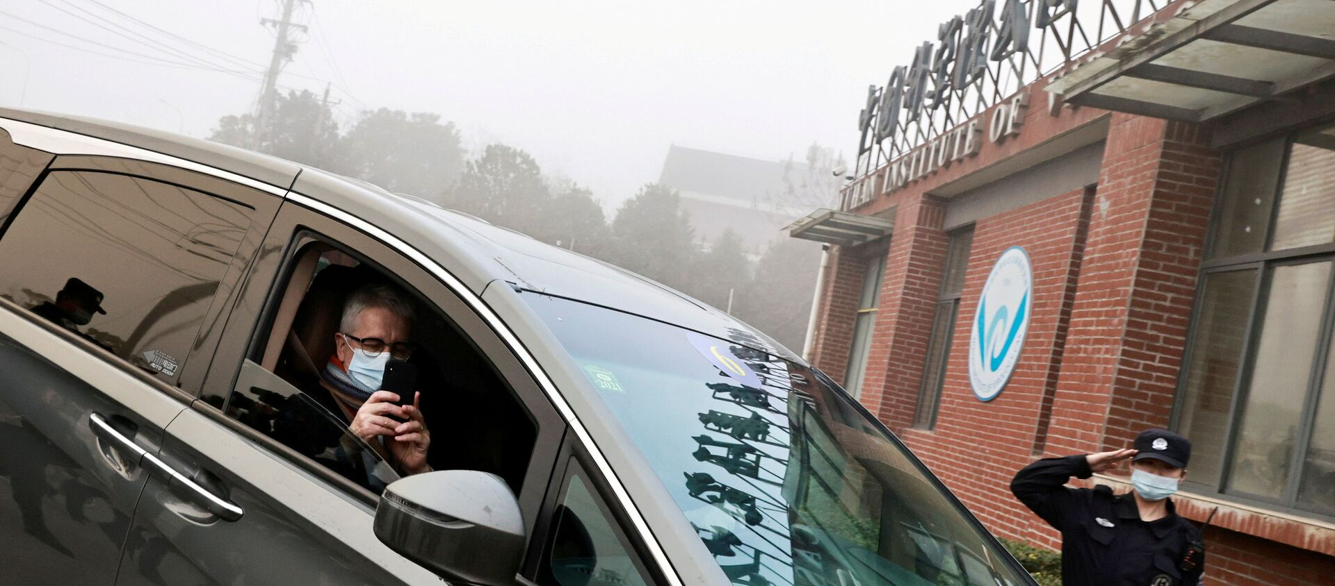 Dominic Dwyer, a member of the World Health Organization (WHO) team tasked with investigating the origins of the coronavirus disease (COVID-19), sits in a car arriving to Wuhan Institute of Virology inWuhan, Hubei province, China February 3, 2021.  - Sputnik International, 1920, 01.04.2021