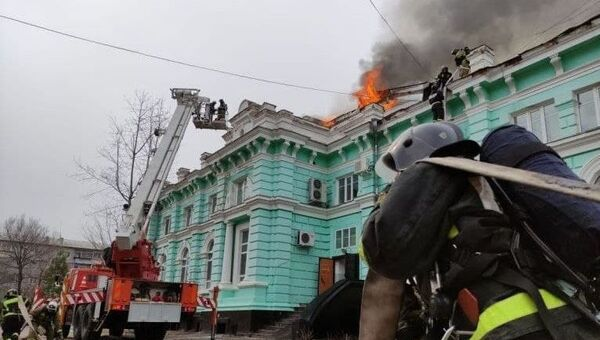 In this handout video grab released by Press-service of Russian Emergency Situations Ministry, firefighters extinguish fire at a cardiac surgery center in Blagoveshchensk, Russia. - Sputnik International