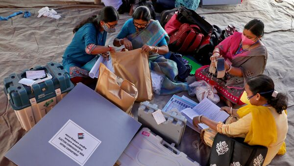 Polling officials check election materials after collecting them from a distribution centre ahead of the first phase of West Bengal state assembly election, in Purulia district, India, 26 March 2021. - Sputnik International