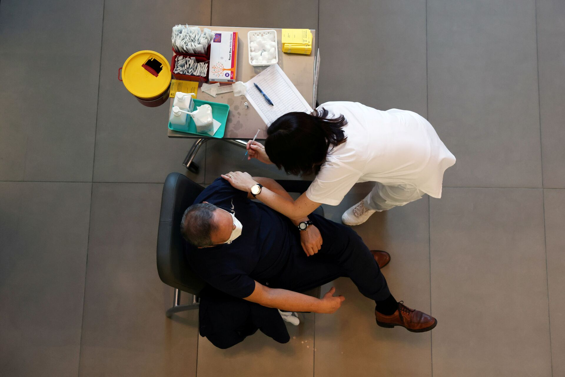 A medical worker vaccinates a man against the coronavirus disease (COVID-19) as Israel kicks off a coronavirus vaccination drive, at Tel Aviv Sourasky Medical Center (Ichilov Hospital) in Tel Aviv, Israel December 20, 2020 - Sputnik International, 1920, 07.09.2021
