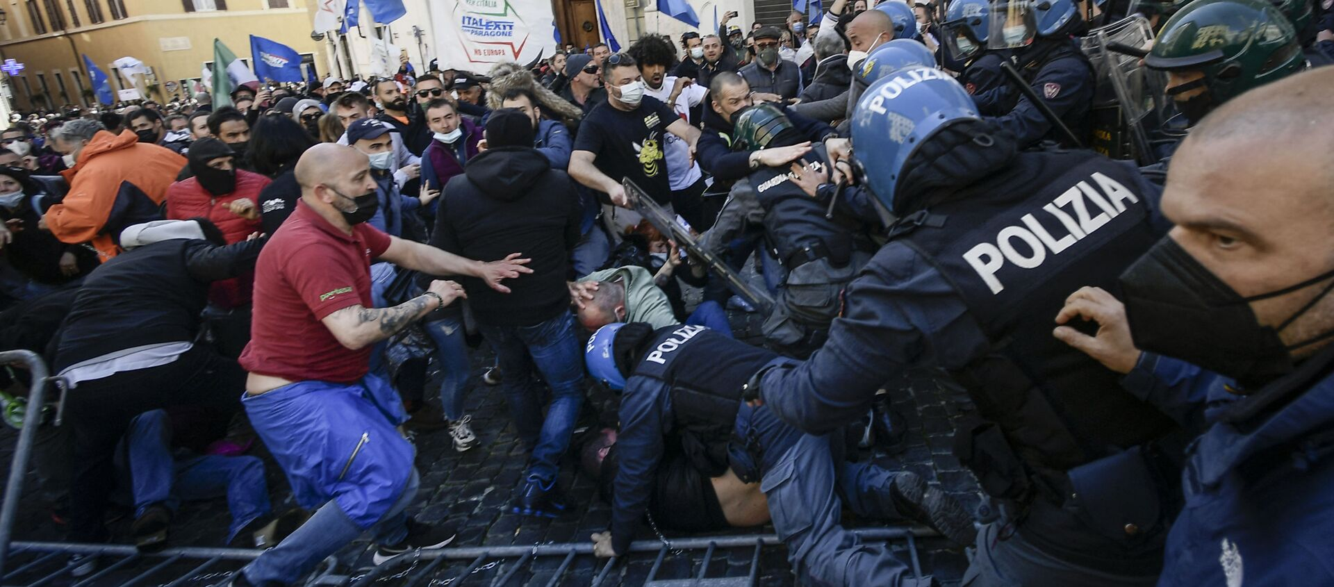 Protesters (L) skirmish with anti-riot policemen as they take part in a demonstration of restaurant owners, entrepreneurs and small businesses owners on April 6, 2021 outside parliament on Piazza Montecitorio in Rome, to protest against closures and against Italy's Health minister, during the Covid-19 coronavirus pandemic. - Sputnik International, 1920, 25.07.2021