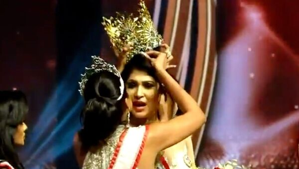 """Screenshot captures the moment that Mrs World 2020 Catherine Jurie snatches the crown away from Pushpika De Silva, the 2021 winner of the """"Mrs Sri Lanka"""" beauty contest, over claims that did not qualify for the contest on the grounds that she was divorced. - Sputnik International"""