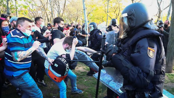 Police officers clash with counter protesters during a political meeting of the far-right party VOX in Madrid, Spain, April 7, 2021. - Sputnik International