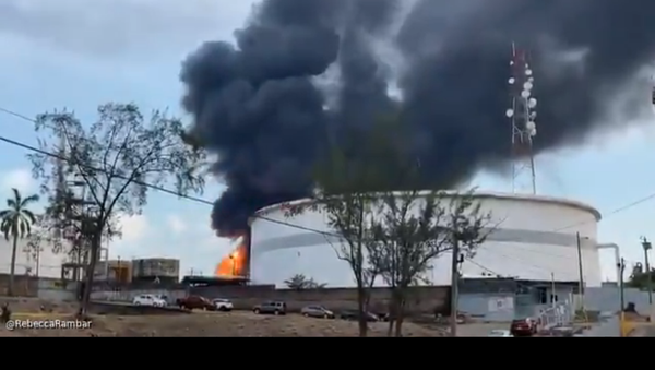 A screenshot from footage of an explosion at an oil refinery in the city of Minatitlan, in the eastern Mexican state of Veracruz. - Sputnik International