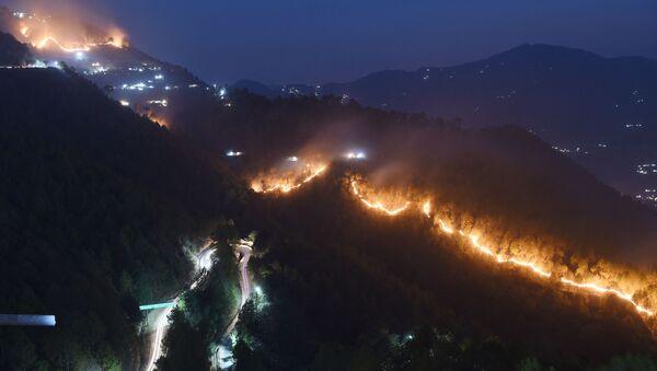 Wildfires burn in hills around New Tehri at Bourari in the Indian state of Uttarakhand  (File) - Sputnik International