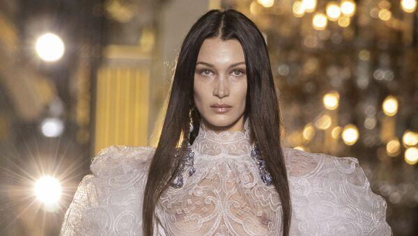 Модель Белла Хадид представляет творение британского модельера Вивьен Вествуд на Неделе женской моды осень-зима 2020/21 в Париже - Sputnik International