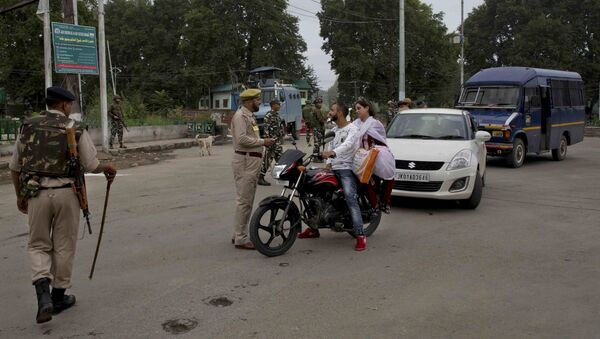 An Indian police man interrogates a Kashmiri couple before turning them back at a checkpoint during security lockdown in Srinagar, Indian controlled Kashmir, Thursday, Aug. 15, 2019 - Sputnik International