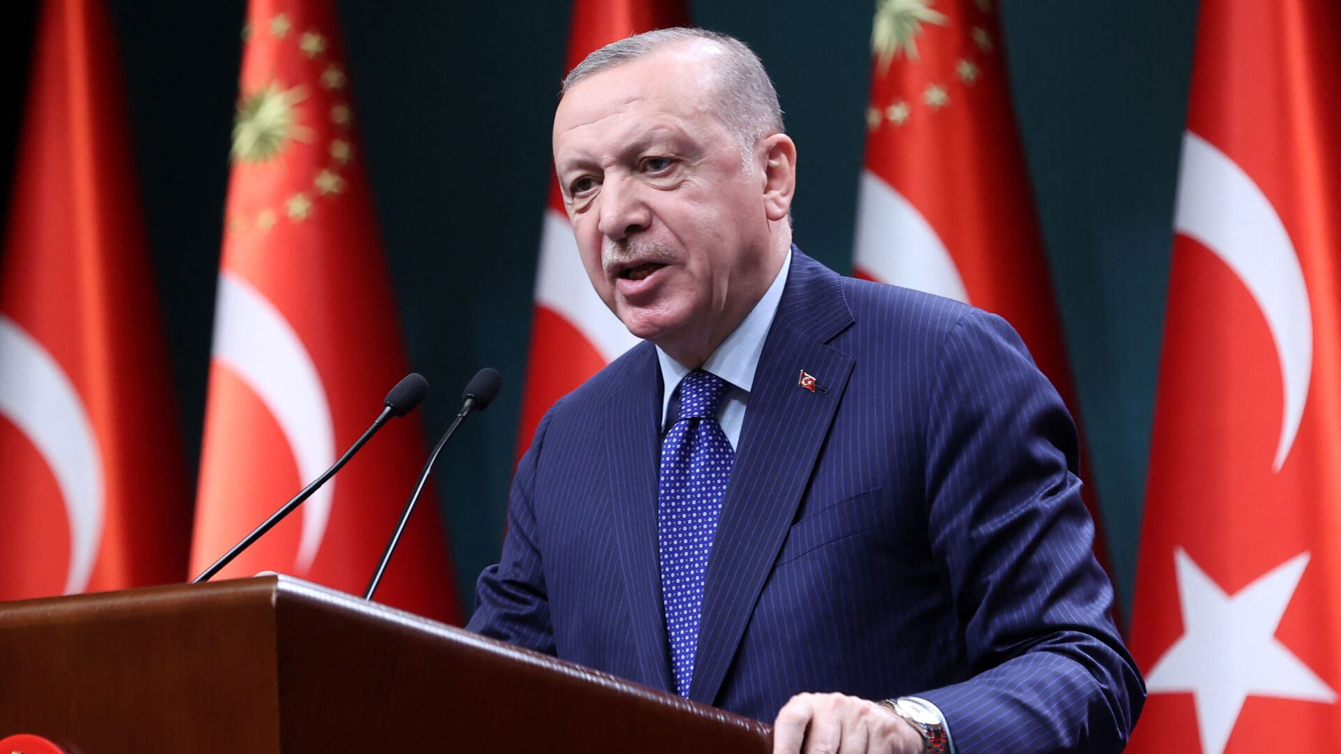 Turkish President Recep Tayyip Erdogan delivers a speech following an evaluation meeting at the Presidential Complex in Ankara on April 5, 2021. - Erdogan on April 5, 2021, accused dozens of retired admirals of eyeing a political coup by attacking his plans for a canal linking the Black Sea to the Mediterranean. Erdogan's fury was directed at a letter published by 104 former admirals over the weekend urging him to abide by the terms of the 1936 Montreux Convention. - Sputnik International, 1920, 29.08.2021