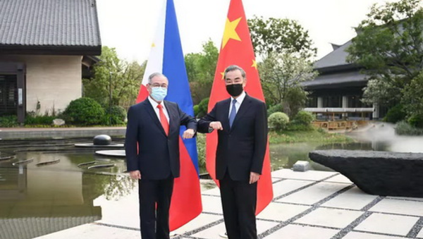 Chinese State Councilor and Foreign Minister Wang Yi held talks with Philippine Foreign Secretary Teodoro Locsin in Nanping City, Fujian Province on April 2, 2021. - Sputnik International