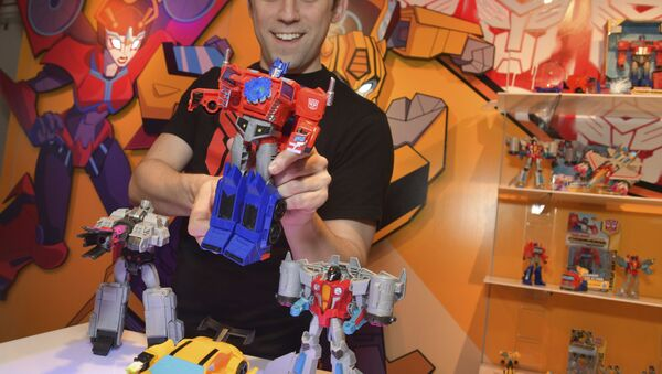 A demonstrator at the Hasbro, Inc. showroom has some fun with the new TRANSFORMERS CYBERVERSE ULTIMATE CLASS OPTIMUS PRIME, converting it from vehicle to robot mode to activate his signature Matrix Mega Shot Action Attack move at American International Toy Fair on Saturday, Feb. 17, 2018 in New York. - Sputnik International