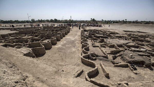 A picture taken on April 10, 2021, shows a view of a 3000 year old city, dubbed The Rise of Aten, dating to the reign of Amenhotep III, uncovered by the Egyptian mission near Luxor. - Archaeologists have uncovered the remains of an ancient city in the desert outside Luxor that they say is the largest ever found in Egypt and dates back to a golden age of the pharaohs 3,000 years ago. Famed Egyptologist Zahi Hawass announced the discovery of the lost golden city, saying the site was uncovered near Luxor, home of the legendary Valley of the Kings. - Sputnik International