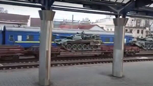 Battle tanks T-72AMT of the Armed Forces of Ukraine from the Dnepropetrovsk railway go in the direction of Donbass - Sputnik International