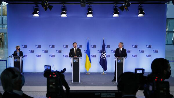 NATO Secretary General Jens Stoltenberg (R) and Ukraine's Foreign Minister Dmytro Kuleba give a press conference following their meeting at NATO headquarters in Brussels, on April 13, 2021. - Sputnik International