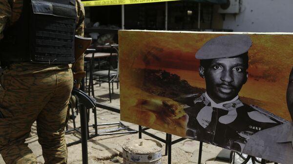 A soldier walks past a poster of former president of Burkina Faso, Thomas Sankara, outside a bar that was attacked in Ouagadougou, Burkina Faso, Sunday, Jan. 17, 2016.  - Sputnik International