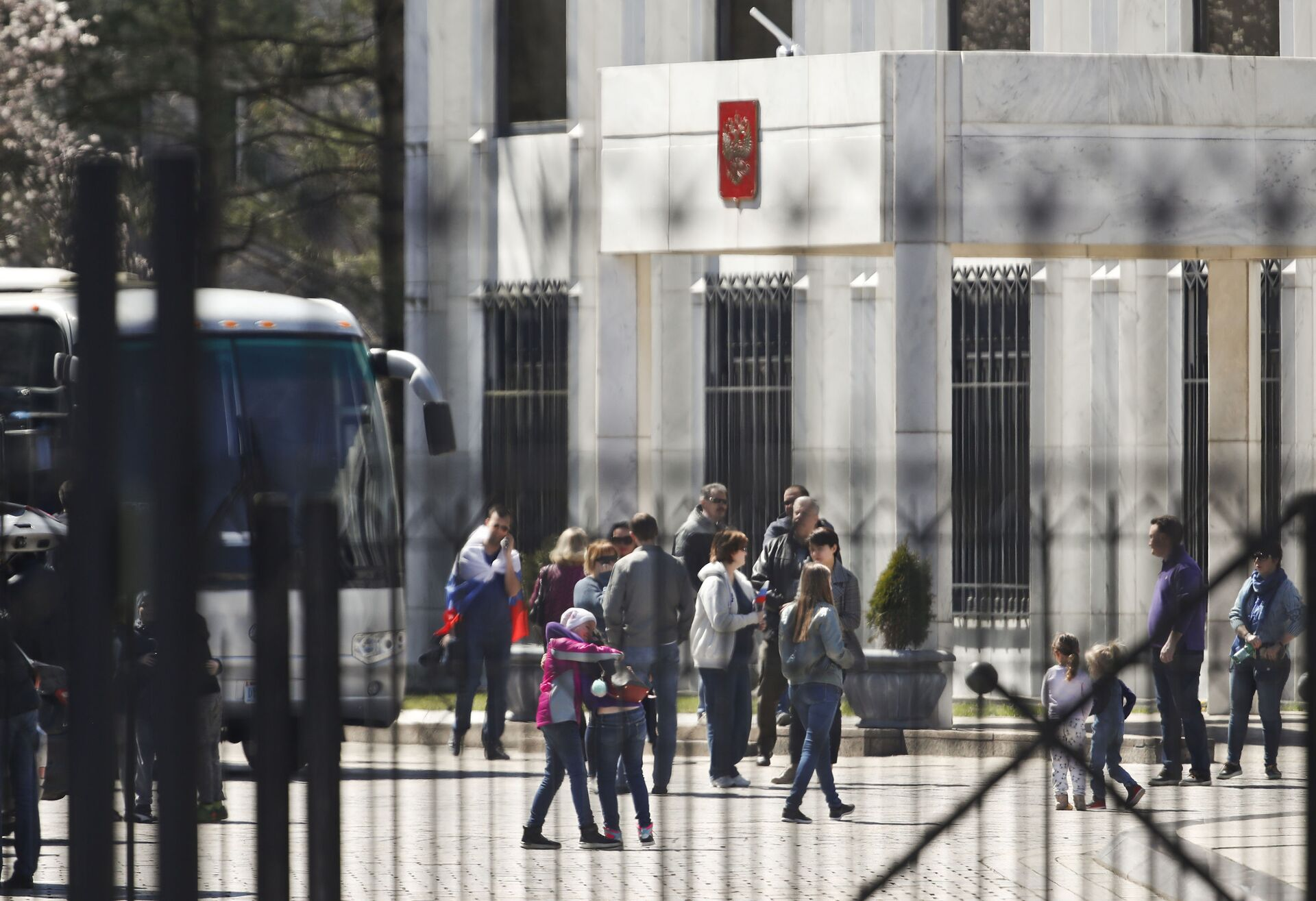 Two children embrace as people gather and board a bus at the Russian Embassy in Washington, Saturday, March 31, 2018 - Sputnik International, 1920, 07.09.2021