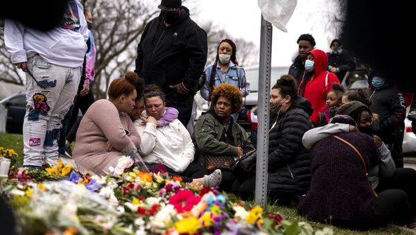 Members of Daunte Wright's family visit a memorial site near the place he was killed on April 14, 2021 in Brooklyn Center, Minnesota. - Sputnik International